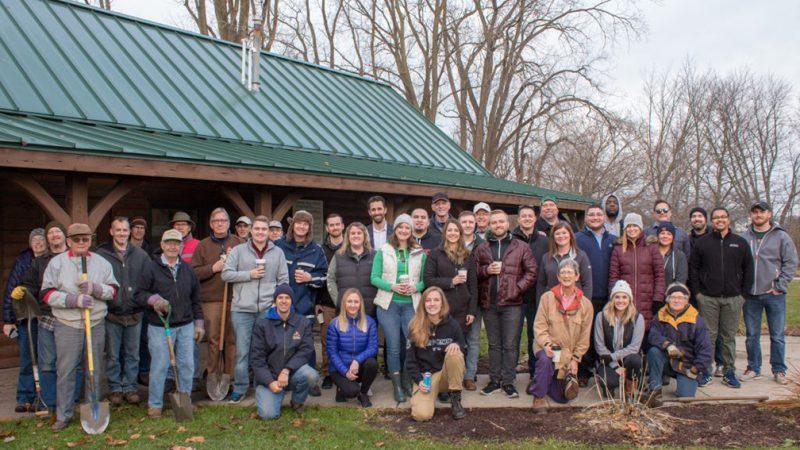 Voluntarios y empleados de la ciudad de Goshen plantan árboles frutales en huerto comunitario